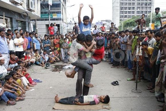 th_1379690235-child-street-performers-do-dangerous-stunts-for-livelihood-in-dhaka_2735268